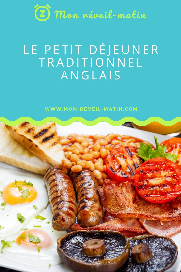Le Petit Déjeuner Traditionnel Anglais Le petit-déjeuner le plus célèbre du monde est sans aucun doute aussi l'un des plus généreux et réconfortant. Et c'était bien le but, à l'origine, vous le verrez. Décliné en quelques variantes pour chacune des régions de Grande-Bretagne et même tant qu'à faire pour chaque famille anglaise, le breakfast anglais traditionnel reste un modèle de petit-déjeuner salé protéiné. Voulez-vous vous mettre à l'heure anglaise ? Servez-vous a cup of tea et venez voir  comment préparer un full English breakfast, tout en prenant connaissance de l'origine historique de cette icône culinaire. L'historique du breakfast britannique Jusqu'au 16 e siècle, les Anglais débutent leur journée de manière peu british d'un bol de porridge avec éventuellement un peu de viande, du pain et une lampée de bière. Cette habitude change sous l'impulsion de la Gentry, petite noblesse anglaise, qui estime alors de son devoir de renforcer la tradition, la culture  et l'identité anglaise. Il faut dire que le premier repas de la journée est un événement social où l'on reçoit des invités qui viennent de partout, harassés par un long voyage. Un petit-déjeuner copieux, à base de recettes typiquement anglaises, serait l'occasion d'une part d'affirmer son identité nationale et d'autre part de prouver son sens de l'hospitalité. Le full English breakfast est né.  L''époque victorienne, au  19 e siècle, et les riches marchands de la révolution industrielle gardent l'idée, trouvant que cette opulence valorise la leur. Et même, ils y ajoutent quelques mets exotiques et leurs propres touches de raffinement et de savoir-vivre. Les Victoriens pensent généralement que le breakfast anglais est tout simplement la façon la plus civilisée de commencer la journée.  Sous Edouard VII, on simplifie les ingrédients et les recettes. Le breakfast anglo-saxon se répand dans les hôtels et les restaurants et parmi la middle-class qui en fait son repas matinal et familial traditionnel. Puis il att